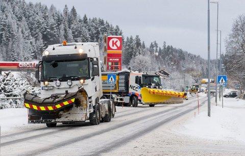 TRAVEL DAG: Brøytemannskapene har en travel dag, melder Jevnaker kommune. Her er brøytemannskaper i gang i Hønefoss ved en tidligere anledning. (Arkivfoto)