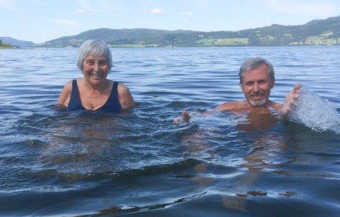 SPRUDLENDE: - Min mor Guri var like sprudlende hver bidige dag gjennom disse årene, sier Per R. Berger. Her tar de et livsgledebad i Selbusjøen for et par år siden.