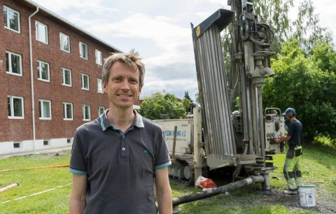 BERGVARME: Morten Fjelmberg er glad for at Tyrifjord videregående skole kan bli varmet opp på miljøvennlig vis med bergvarme. Nå bores hullene 300 meter ned i grunnen.