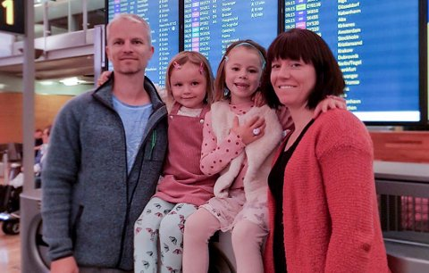 KRYSSER FINGRE: Familien Skullestad på Gardermoen tirsdag morgen. Nå håper at de får avbestilt den andre Syden-turen.
