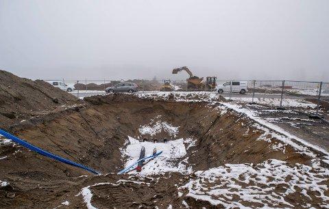 UTVIDER: Kommunen bygger ut vann og avløpsnettet sitt til også å dekke nordvest for flystripen og den nedlagte militærleiren på Eggemoen. Dette bildet er tatt mens det pågikk graving på Eggemoen.