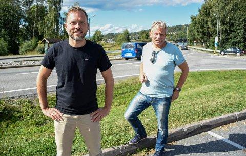 PÅ SUNDVOLLEN: Audun Lysbakken og Arne Nævra i området like ved siden av traseen hvor Ringeriksbanen er planlagt.