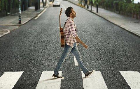 YESTERDAY: Yesterday handler om en musiker som en dag våkner opp til en verden hvor alle andre har glemt The Beatles. Du finner ikke engang noe om dem på Google.