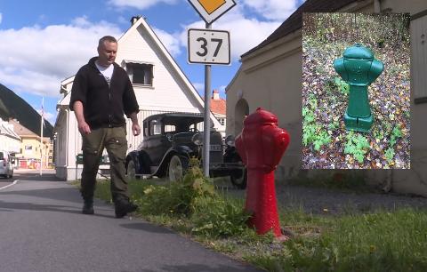 FRA NRK-INNSLAG: Her er Bjørn Iversen fra NRKs innsøag på hydrantkonkurransen, og med en umiskjennelig grønn utgave fra Bergen innfelt i bildet.