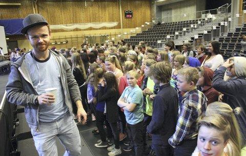 POPULÆR: Elevene satte pris på Ravis besøk.
