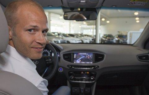 SPENT: Markedsansvarlig Trond Høitomt hos Mobile Kjeller er spent på mottakelsen av Hyundai Ioniq. Håpet er at den skal bli en salgsleder for bilmerket.