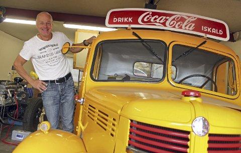 Knallgul lykke: Tom Gunnar Fjellstad elsker gamle biler, og har satt i stand siden egen brusbil. Foto: Britt Hoffshagen