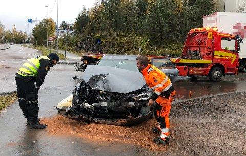 SMELL: Den involverte personbilen har store skader i fronten etter ulykka. FOTO: VIDAR SANDNES