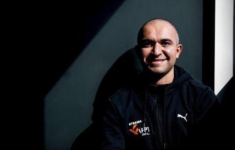 Ekspert i studio: Juma Iraki (31) har master i ernæring og får fitnessutøverne til topps. Har han en matplan til oss vanlig dødelige? Det får du svar på i ukas episode av RBs podkast RB Sladder. Begge foto: Tom Gustavsen
