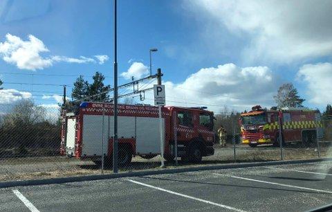 Brannmannskaper er på plass ved Hauerseter stasjon etter røykutvikling i jernbanesporet.