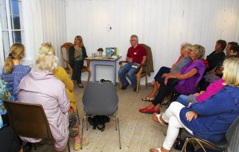 BOKBAD: Rundt 30 interesserte deltok på bokbad med Helene Uri på Sætre gård. Asle Lien er «bademester» og leder seansen med stø hånd. BEGGE FOTO: PER D. ZARING