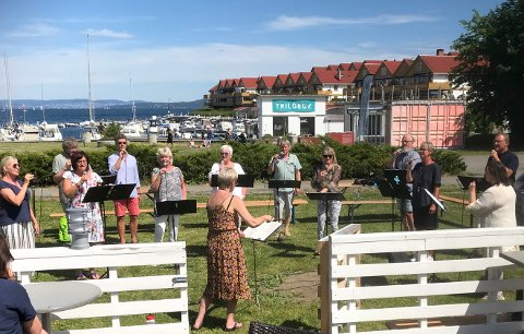 KONSERT: Røyken Kammerkor med dirigent Torild Høyvang skapte stemning utenfor The Pipe pub lørdag.
