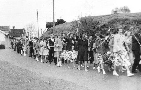 Virik skole er på vei til byen. Bildet er tatt i 1956.