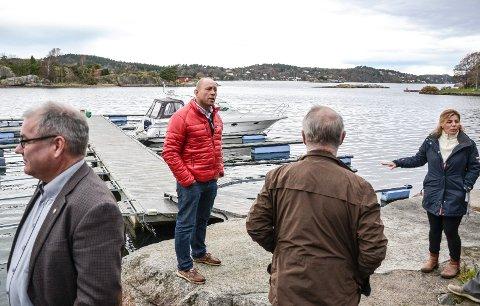 FÅR JA: Miljø- og planutvalget sier ja til at Carl Chr. Fon (i rød jakke) får beholde lengden på brygga i Mefjorden på Østerøya. De andre på bildet er fra venstre: Arild Theimann (Ap), Tor Steinar Mathiassen (H) og Yllka Neziri (H).