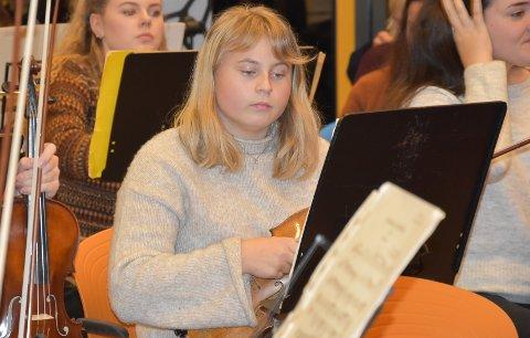EN AV DE YNGSTE: I andrefiolinrekka sitter Selma Mørk (15). Hun begynte i orkesteret for ca. to år siden og visste ikke helt hva hun gikk til.