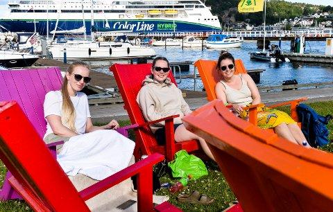HYGGE: Lærerstudentene koste seg ved Strømbadet. Karianne Andersen (27) fra Lørenskog, Oda Rostøl Haga (24) fra Sandnes og Dina Riis Kallmann (26) fra Trondheim nyter sommerkvelden  i de nye sittegruppene i forbindelse med Strømbadet.