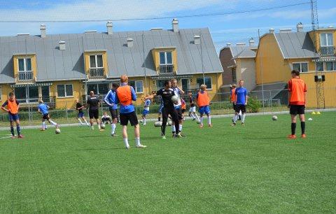 INSTRUERER: Samir Saric kommer med mange råd og vink til de yngre spillere når han coacher G16-laget.