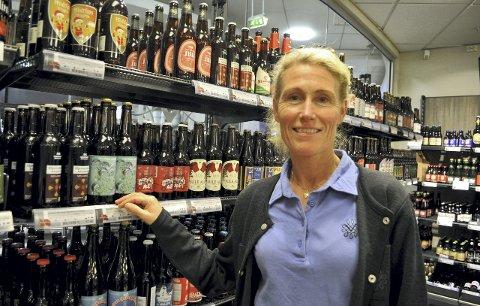 MERKER ÅPNINGEN: – Det er klart vi ser at samfunnet har åpnet opp igjen og at folk kan reise ut av landet. Men nedgangen i salget går sakte hos oss. Vinmonopolene i Østfold har virkelig fått merke nedgangen, sier Bente Fossnes som er butikksjef på vinmonopolet i Stokke. ARKIVFOTO: Ellen Johannessen
