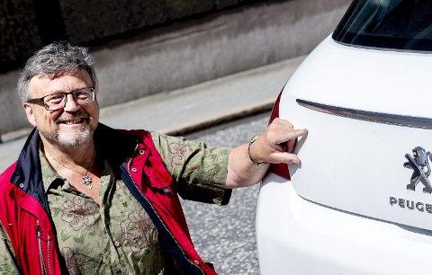 Thor Dag Halvorsen er på jakt etter Sarpsborg-klistremerke til bilen sin. – Men det er jo helt umulig å finne, sier han. (Foto: Tobias Nordli)