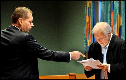 Politiadvokat Jahn Schei (t.v.) er aktor under den omfattende saken mot de tre tidligere eierne av et bemanningsselskap i Sarpsborg som er tiltalt fort grov utroskap og grovt skattesvik. Advokat Øyvind Abrahamsen er forsvarer for den tiltalte 52-åringen fra Fredrikstad.