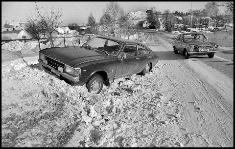 1977: Bryggeriveien en vinterdag for 43 år siden. Litt småglatt denne dagen, slik at føreren av denne litt tunge Ford Consulen rett og slett havna i snøfonna. Ford Granada/Consul var en europeisk Ford, produsert i tidsrommet 1972-1985. Lett «trippende» forbi, smyger det seg en annen Ford-klassiker: Ford Escort. Den på bildet ble produsert fra 1967 til 1975. Ellers å bemerke er jo at det var bra med snø på denne tiden. Til venstre skimter vi Borg bryggerier, som etter dette bildet ble tatt, har vokst seg større og større.