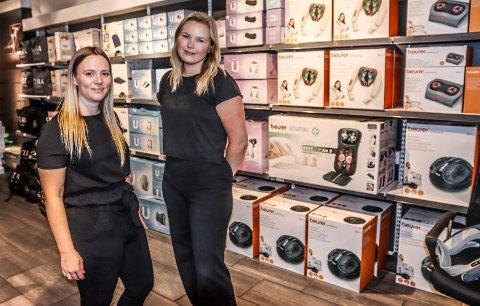 ÅPNER BUTIKK: Julie Nilsen (t.v.) er ansatt som butikksjef og Mari Nordgård som assisterende butikksjef i Enklere Liv i Amfi Borg.