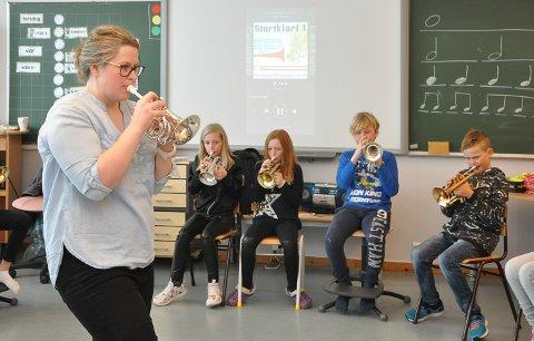 Både musikkpedagog Kari-Andrea Johansen og elev Ida Schi Sylliaas (t.v.) koser seg med prosjektet. Videre ser vi Leah Handelsby, Isak Teigen og David Bratli.
