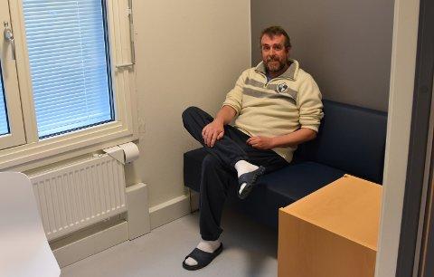 På avstand: Smaalenenes Avis' journalist får tillatelse av betjenter til å ta et bilde av Bjørn Millstein på besøksrommet, men må holde god avstand.