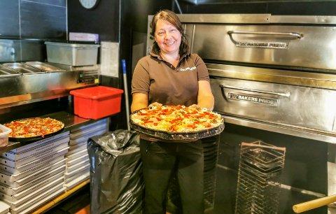 VELKOMMEN TILBAKE: Tatjana Vidic ved Don Pablos Pizza i Askim er glad for at gjestene nå kan spise i restauranten igjen fra mandag av.