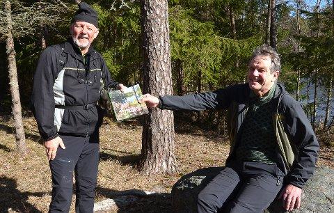 FOLK I KØ: – Jeg kom hit til Igletjern i dag mest for å kjøpe den nye boka til Svein, forteller Tore Vrangen (t.v.) mens han får overrakt det siste tilgjengelige eksemplaret av den rykende ferske salgssuksessen til forfatter Svein Syversen utendørs ved Igletjern i Trømborgfjella første påskedag.