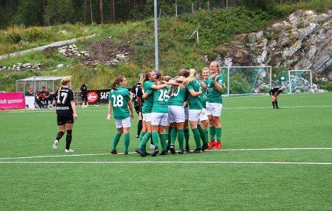 JUBEL: Endeleg lukkast det for Kaupanger som laurdag tok tre uhyre viktige poeng då Hønefoss blei slått 2-1 på Kaupanger stadion.