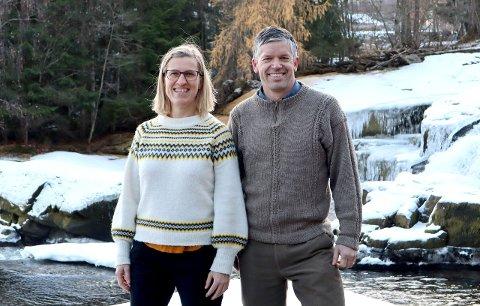 BLOGGARAR: Inger Auestad og Stein Joar Hegland ved Høgskulen på Vestlandet lanserer blogg på forskning.no denne veka. Dei vil skriva for alle som synst naturen er fascinerande. (Foto: Kyrre Groven)