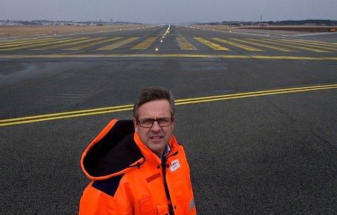 Når flyplassen skal utvide sikkerhetsområdet i enden av hovedrullebanen, kan ikke fly ta av mot sør eller lande sørfra. Sjef for lufthavnoperative tjenester, Stig Jone Nevland, varsler mindre forsinkelser gjennom hele anleggsperioden.
