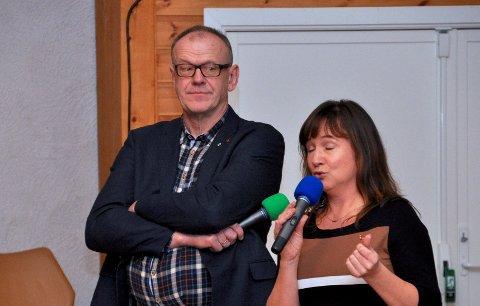MANGE SA JA: Irene Heng Lauvsnes snakka varmt om kommunesamanslåing, medan Bjørn Laugaland var meir skeptisk og understreka at han ikkje var der for å overtyda folk om å røysta ja. I ei uhøgtidleg handsopprekking var det likevel mange som gjorde det.