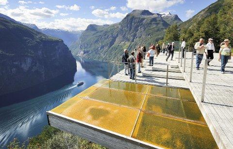 ØRNESVINGEN: Slik ser det ut ved utsiktspunktet Ørnesvingen over Geirangerfjorden. Nå planlegges det et spektakulært utsiktspunkt i Flatdal.FOTO: JARLE WÆHLER
