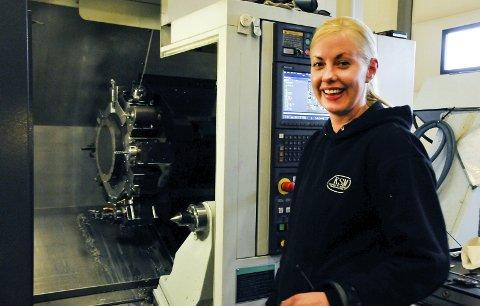 TRIVES: Her er det kjempebra arbeidsmiljø. Alle er venner, sier CNC-operatør Randi Ringhus fra Vinje. Hun er den eneste kvinnen i verkstedet.