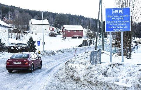 SKAL FLYTTES: Når tungtransportsjåførene ser dette skiltet etter Yli-krysset er det allerede for seint å snu før de vintertøffe Reshjembakkene.