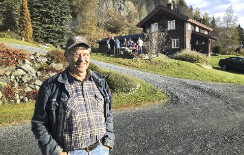 PÅ GARDEN: Aslak Slettemeås på garden som ligg høgt oppe i lia i Morgedal.foto: tone lundeberg