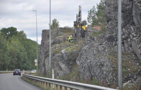STENGER: Det skal sprenges i fjell. Dermed stenger både E134 og jernbanen. Foto: Kjell Wold, Statens vegvesen