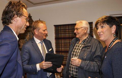 50–60 arbeidsplasser: Runar Vassbotten (t.h.) og Frode Granlund i prat med Svein Sem og Gry Fuglestveit Bløchlinger om etableringsplanene som kan bli på 50–60 ansatte og over 200 studenter.