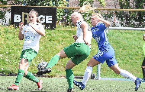 MÅL: Frida Skoglund Pedersen scorer her 1-1 målet mot Molde. 16-åringen viste fram god avslutterteknikk de 45 minuttene hun spilte.