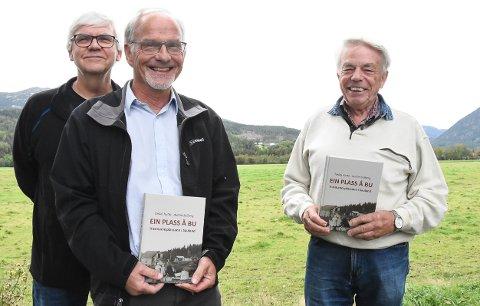 HISTORIE:  Audun Solberg (midten) og Torkel Hytta har skrevet boka om husmannsplassene i Sauland. Svein Bakkalia (bak) sier det vil komme bøker om Hjartdal og Tuddal om noen år. .
