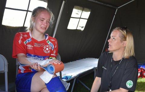 SKADET: Nora Kjøll Vevang var uheldig og skadet seg i armen da Eide og Omegn ble slått ut av Norway Cup torsdag. Hun ble sendt til sykehus for å undersøke om det var brudd i armen.