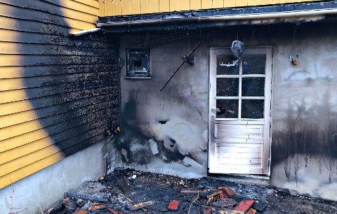 På imponerende vis klarte personene i hytta å slå ned brannen med en husbrannslange.