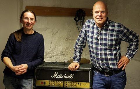 Ole Jonas Kverndal (til høyre) og Jürgen Milkereit fra studio (kjelleren på Middelskolen i Tvedestrand).