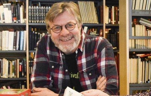 Biblioteksjef Peter Svalheim er rammet av kommunens innkjøpsstopp, men nå har både bedrifter og privatpersoner engasjert seg.