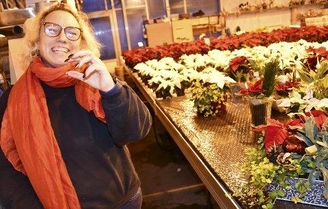Fokuserer på mestring: Hege Backstrøm Sandblost har lært seg å leve med sykdommen sin. Nå gjør hun alt hun klarer i julestria på gartneriet. Foto: Anne Dehli