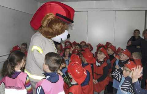 Populær: Brannbamsen Bjørnis var populær, og alle skulle fram og ta en bamseklem.