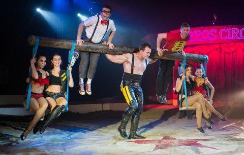 400 kilos menneskekarusell: Den sterke mannen Denis Ilchenko imponerer i Cirkus Arnardo 2018.