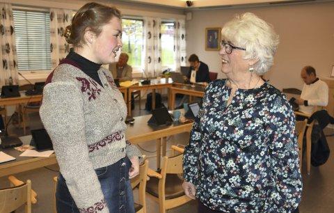 Klar til innsats: Marit Andrisdotter Kvam (t.v.) og Elisabeth Myhre representerer kva sitt parti, men er også ulike ved at dei er yngste og eldste representant i kommunestyret. Dei seier at dei gler seg til innsats for kommunen sin.